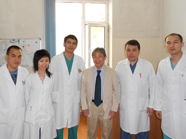 カザフスタン国立医科大学の医師らと